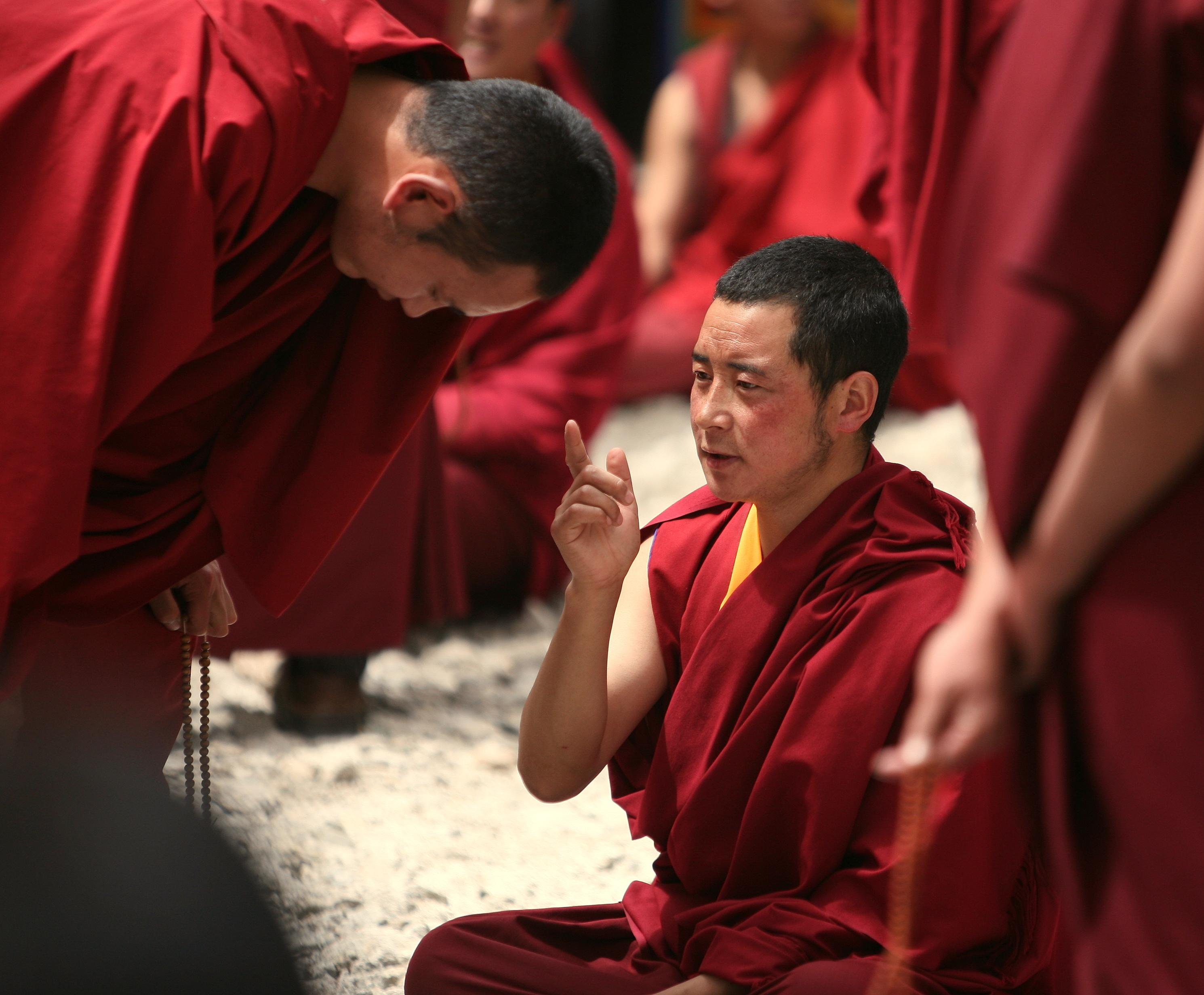 https://upload.wikimedia.org/wikipedia/commons/1/1a/Monks_Debating_Practice_At_Sera_Monastery.JPG