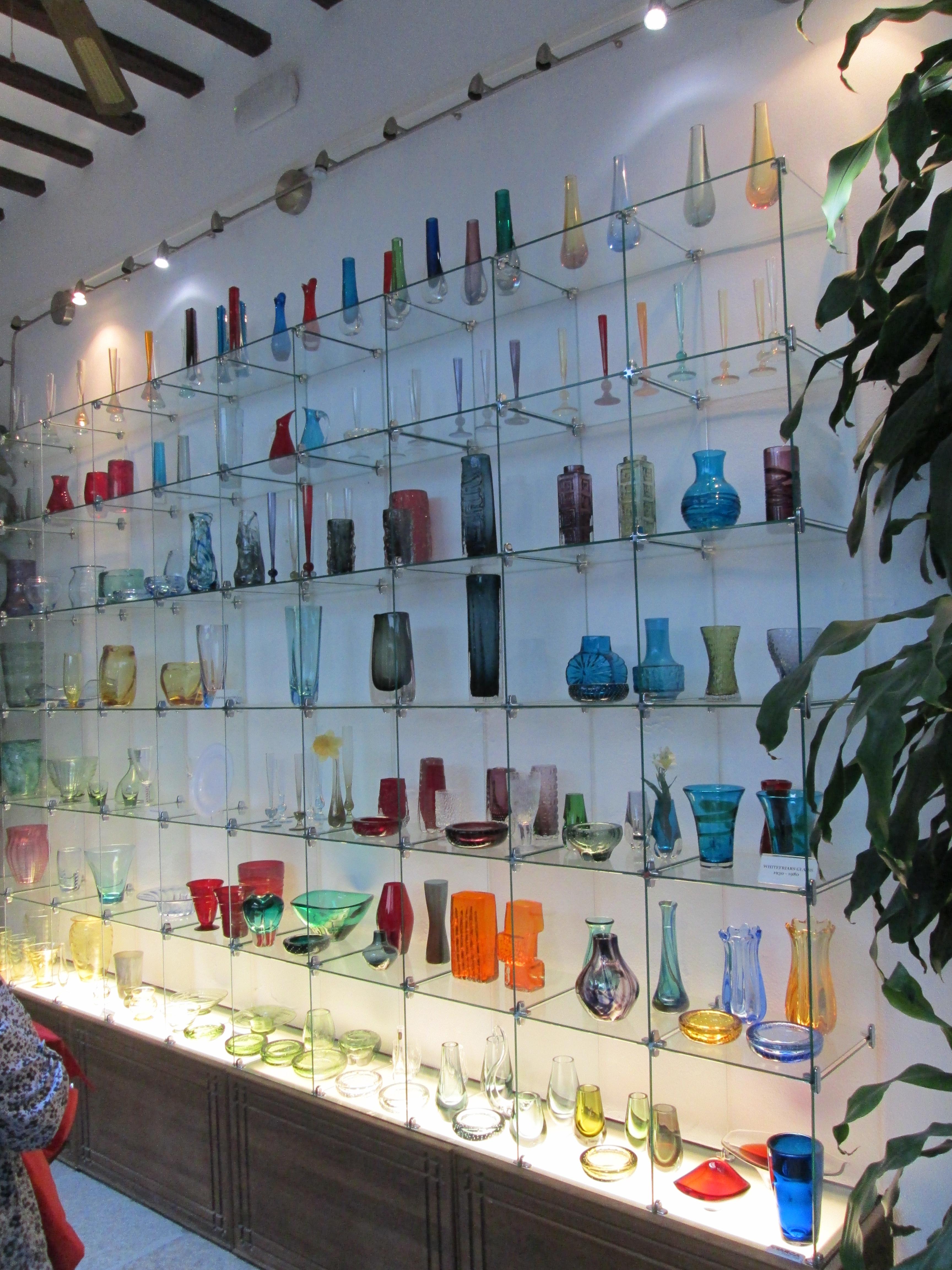 File:Museo del Vidrio y Cristal-stand.jpg - Wikimedia Commons