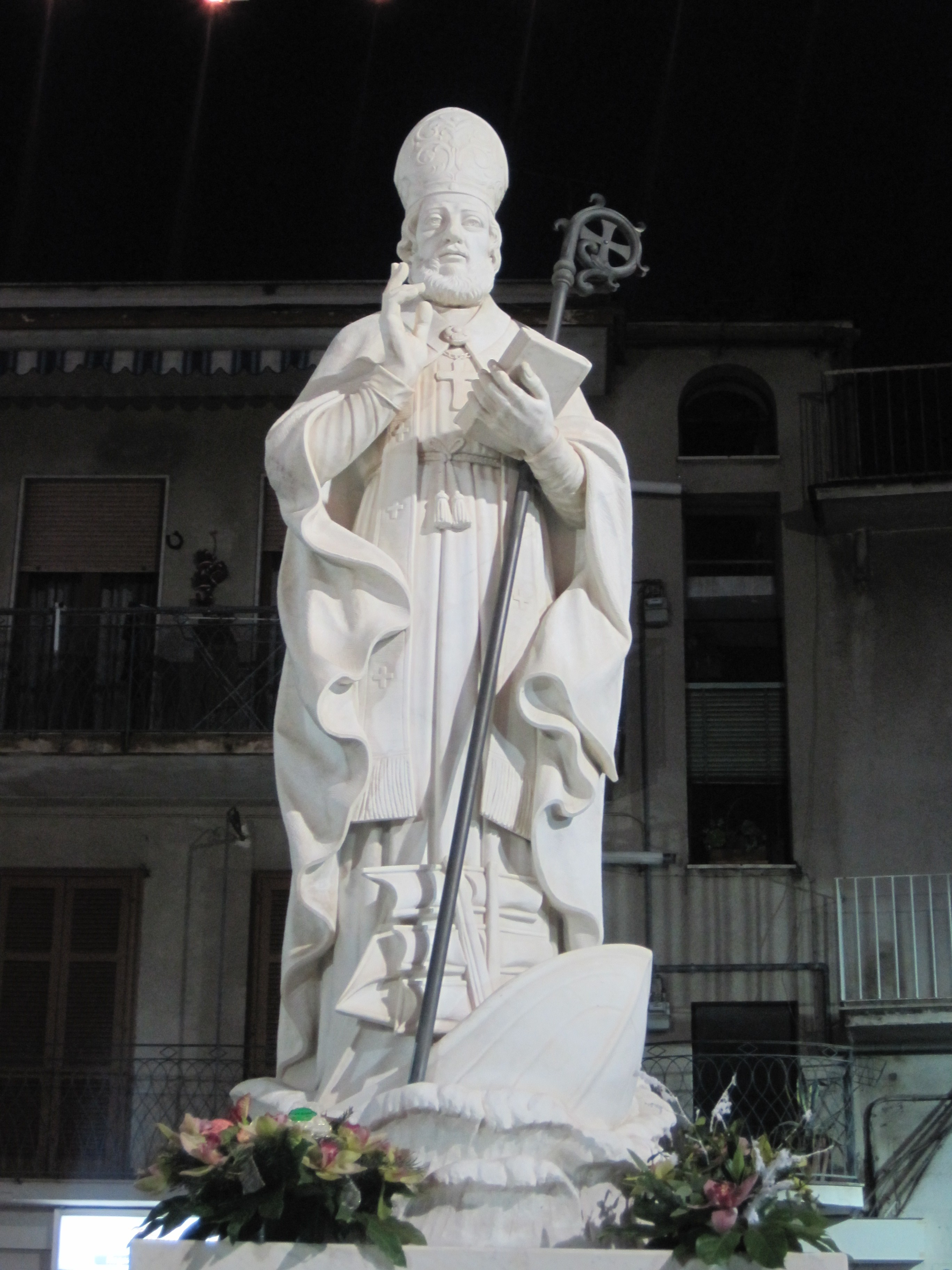 Marmorstatue av Paulinus i Via Ottaviano Augusto i Nola