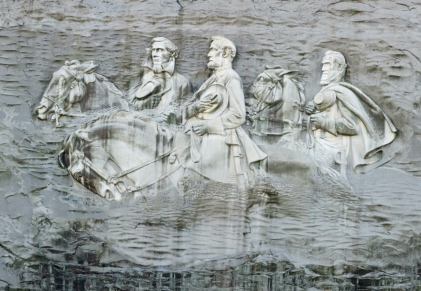 https://upload.wikimedia.org/wikipedia/commons/1/1a/Stone_mountain_closer_up.jpg