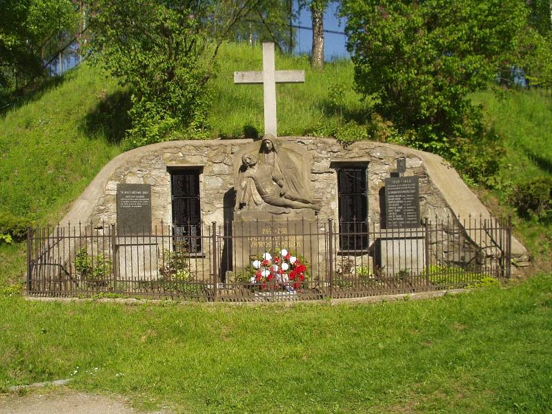 Soubor:Vyprachtice monument of victims of WWI.jpg