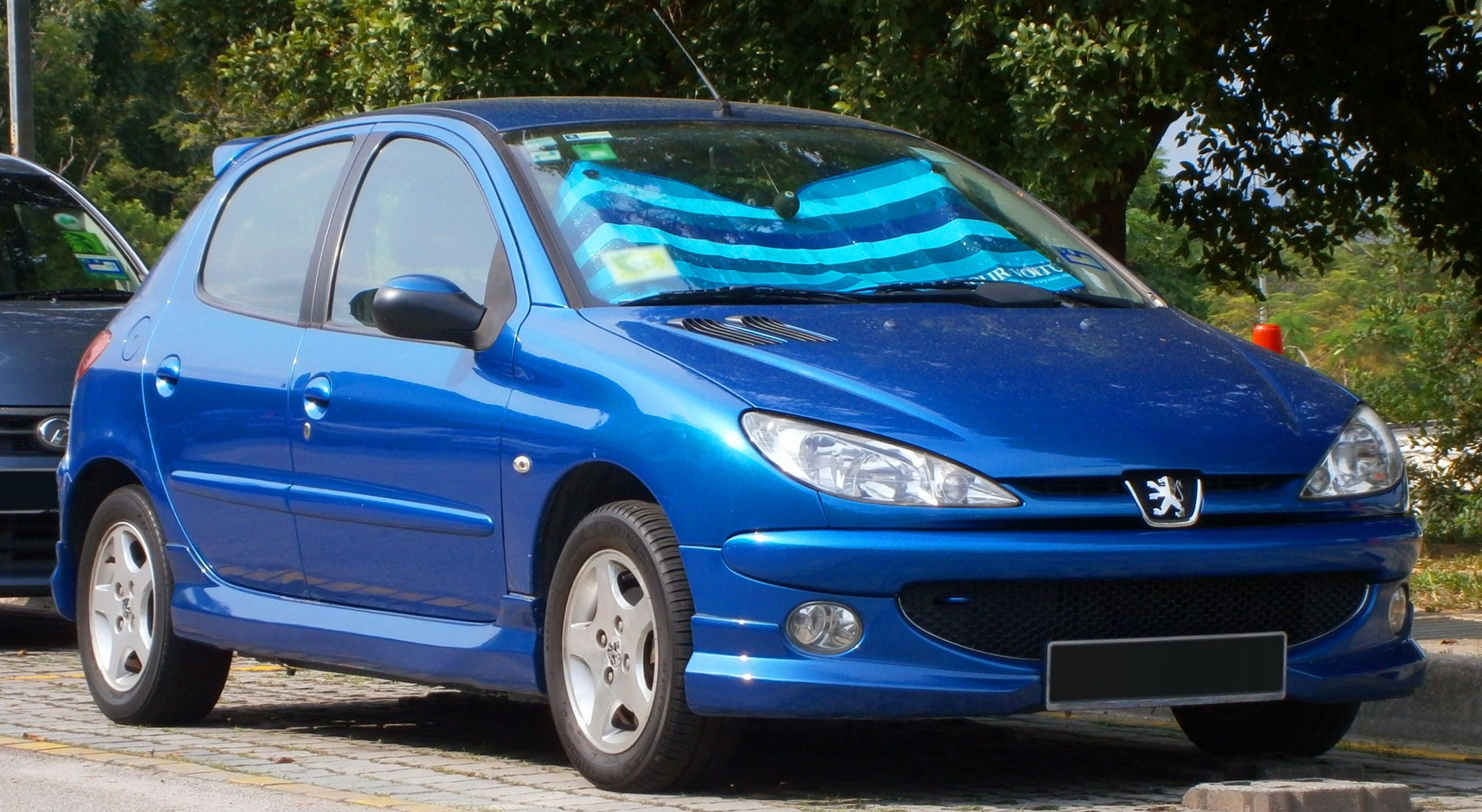 Peugeot 206 con un rostro animal y ojos felinos