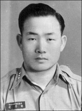 https://upload.wikimedia.org/wikipedia/commons/1/1b/Army_Captain_Chun_Doo-hwan.jpg