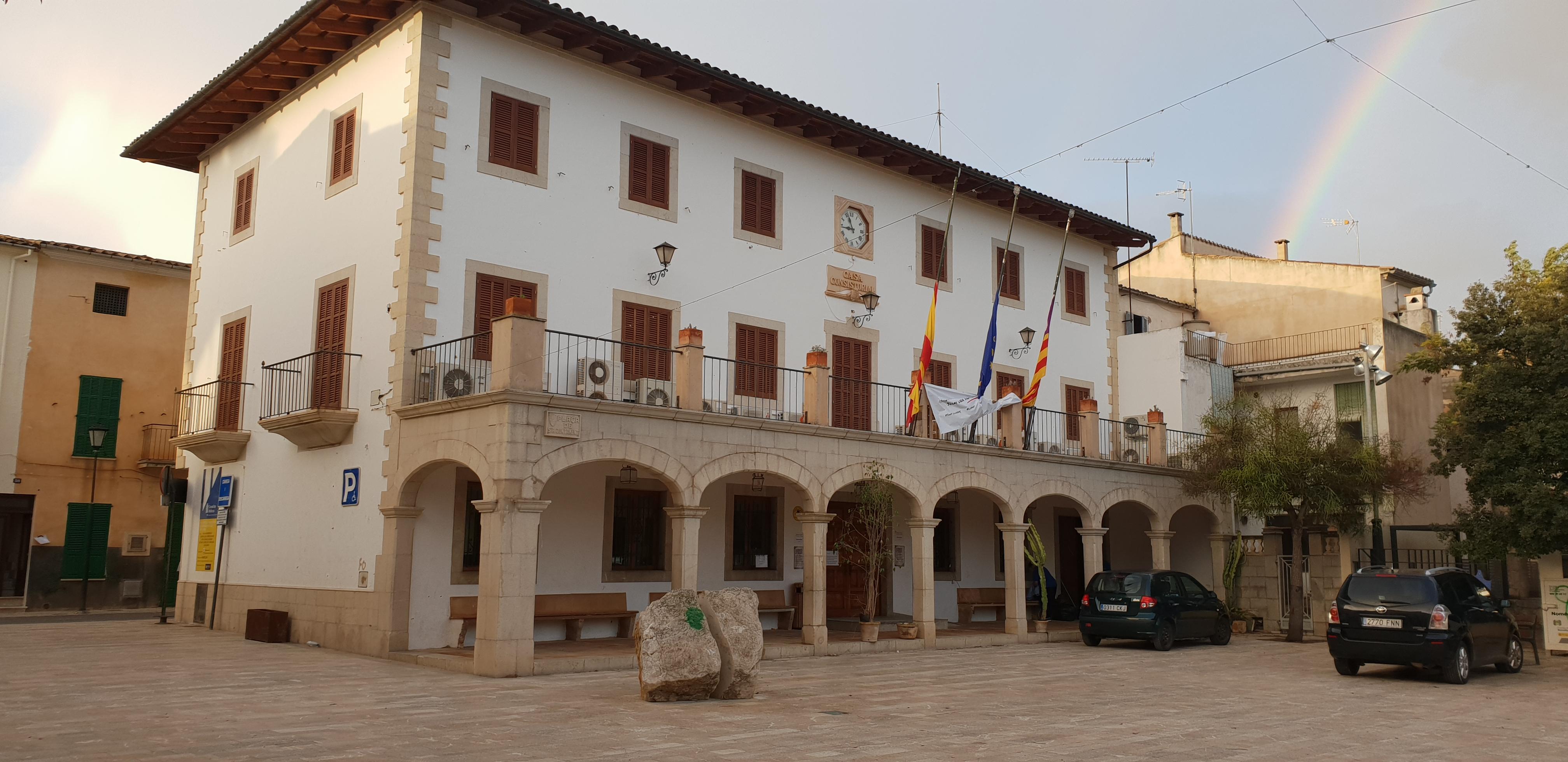 Fotografia de l'edifici de l'Ajuntament de Sant Llorenç des Cardassar. Aquesta plaça efectivament és la plaça de l'ajuntament i és on es fan les revetlles populars.