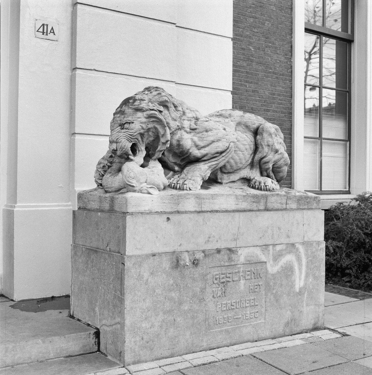 Bestand beeld van een tijger rechts naast de ingang van het hoofdgebouw van artis amsterdam - Beeld het meisje van ...
