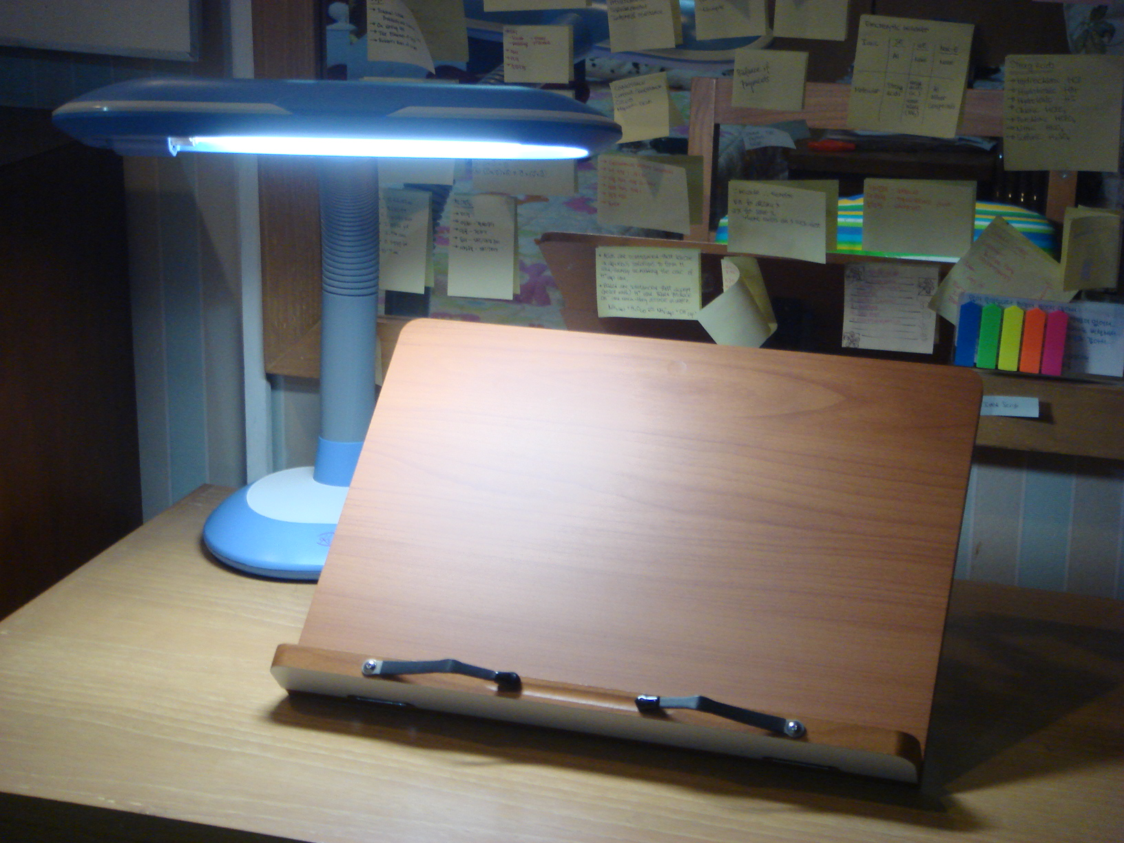 FileBookstand with desk lampjpg Wikimedia Commons – Lamp on Desk