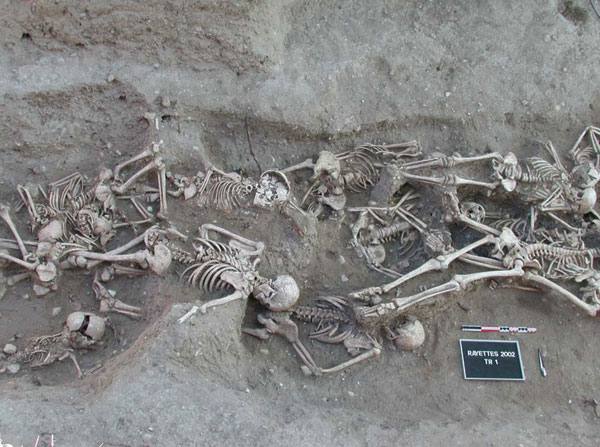 Bubonic plague victims in a mass grave in 18th century France. By S. Tzortzis [Public domain], via Wikimedia Commons