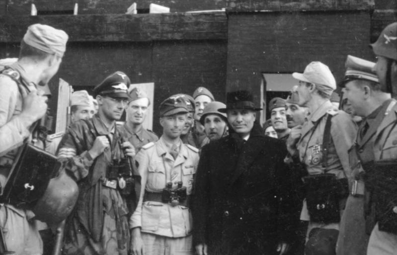 اغاره Gran Sasso ...تحرير الكوماندوس الألماني للزعيم الفاشي موسوليني من سجنه  Bundesarchiv_Bild_101I-567-1503C-14%2C_Gran_Sasso%2C_Mussolini_vor_Hotel