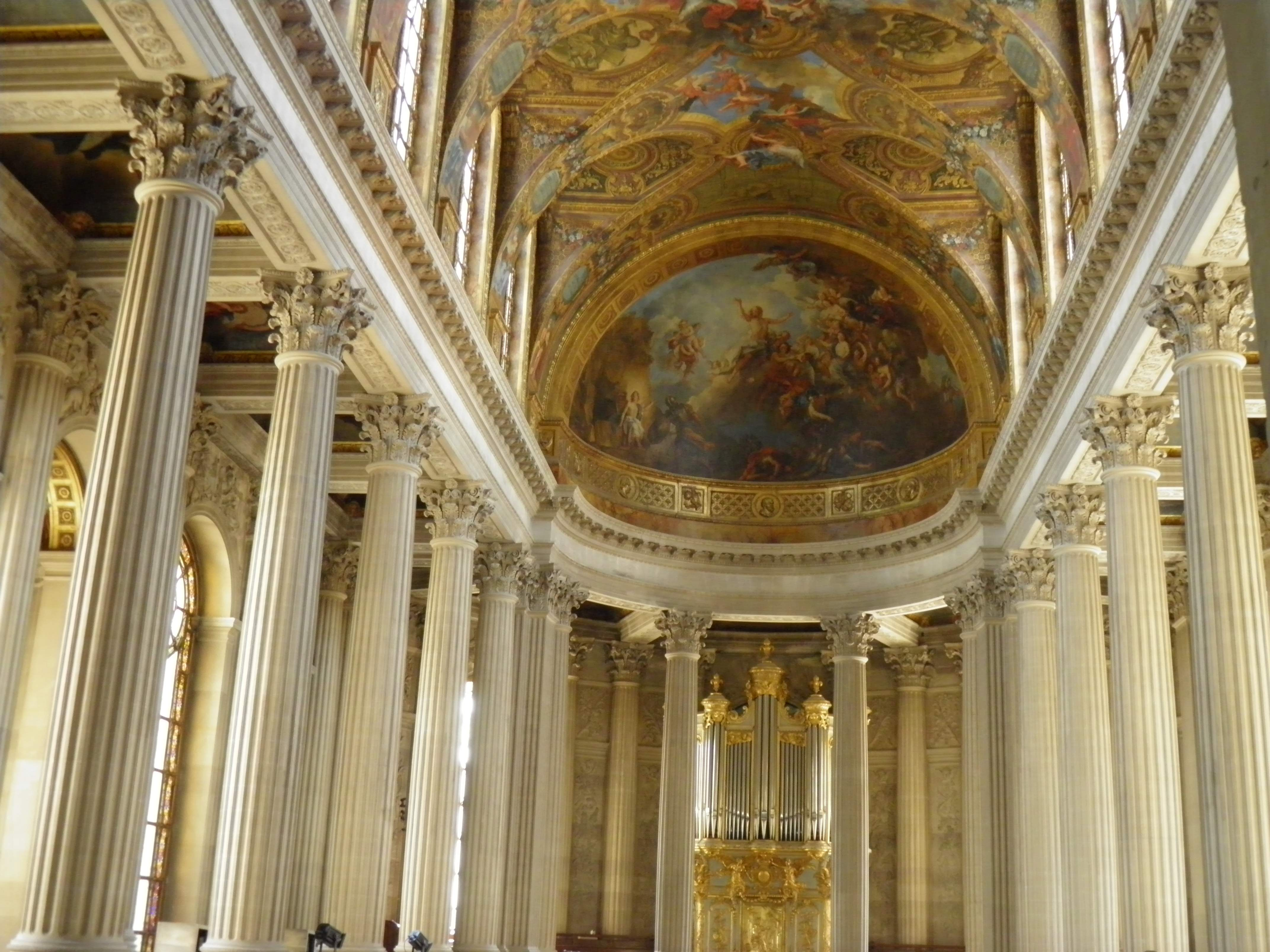 https://upload.wikimedia.org/wikipedia/commons/1/1b/Ch%C3%A2teau_de_Versailles_-_Chapelle_-_Int%C3%A9rieur%2C_%C3%A9tage_%281%29.jpg