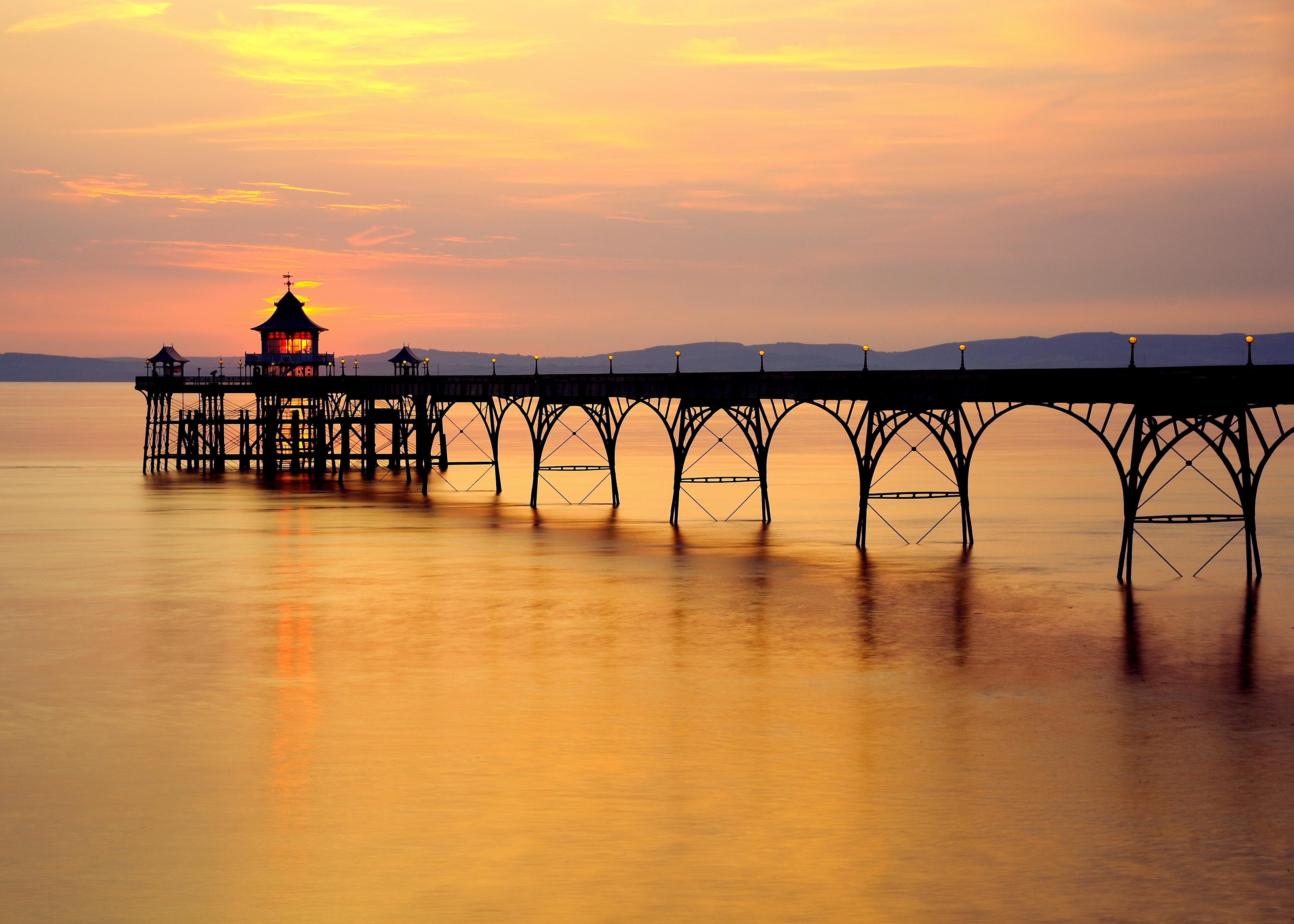 Clevedon Pier克利夫登碼頭By Saffron Blaze (Own work) [CC BY-SA 3.0 (http://creativecommons.org/licenses/by-sa/3.0)], via Wikimedia Commons