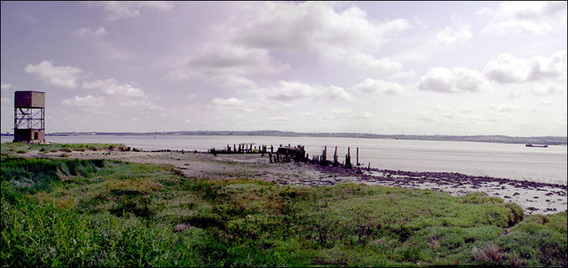 English: Coalhouse Point & the Thames Estuary ...
