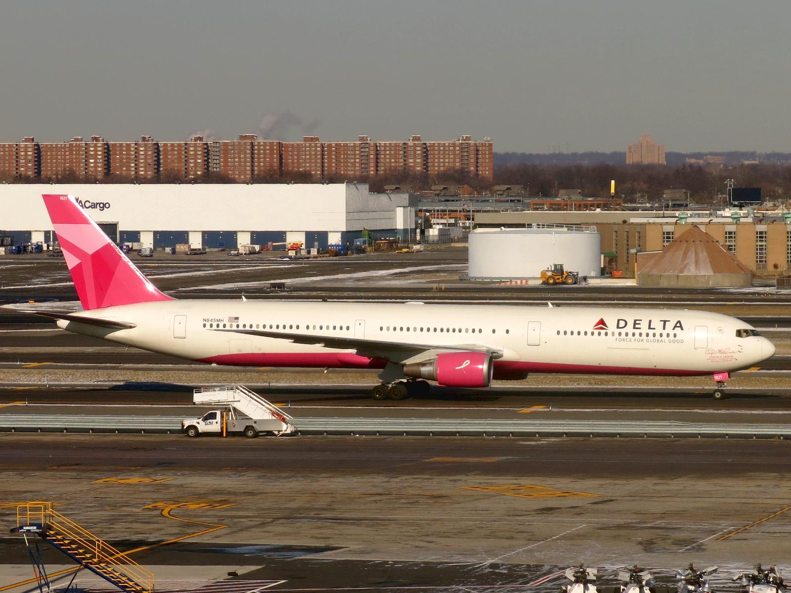 file delta air lines boeing 767 432 er n845mh jpg wikimedia commons