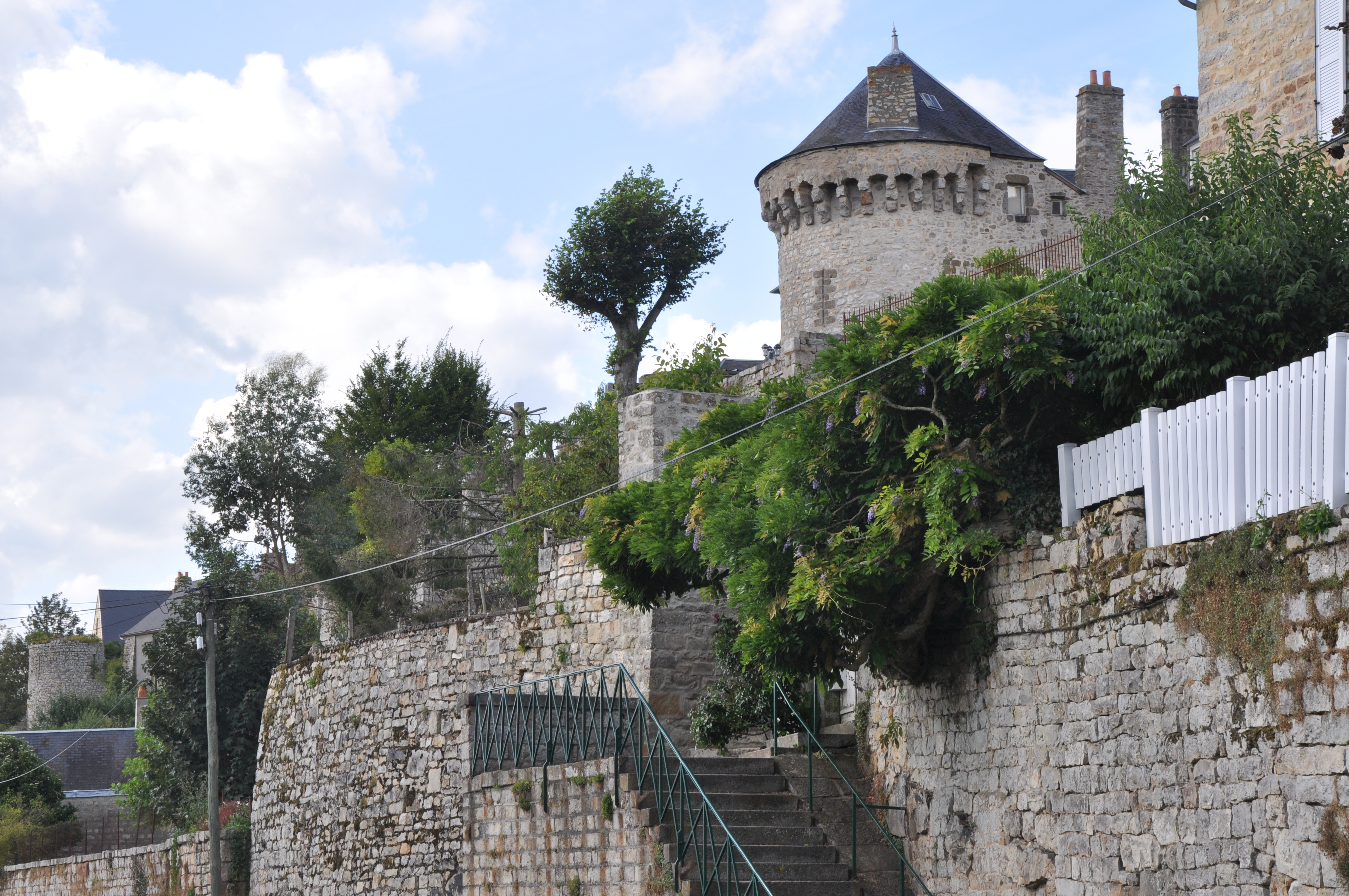 file domfront france ramparts and tower jpg wikimedia commons. Black Bedroom Furniture Sets. Home Design Ideas