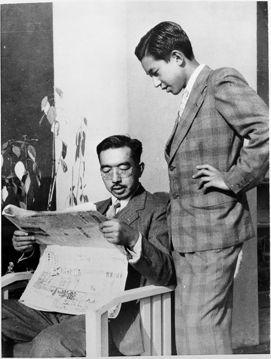 Наследный принц Акихито с отцом Хирохито, императором Сёва (1950)