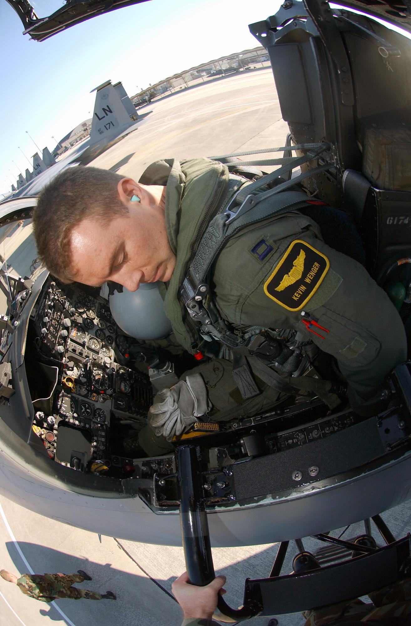 File:F-15C Eagl... F 15 Cockpit