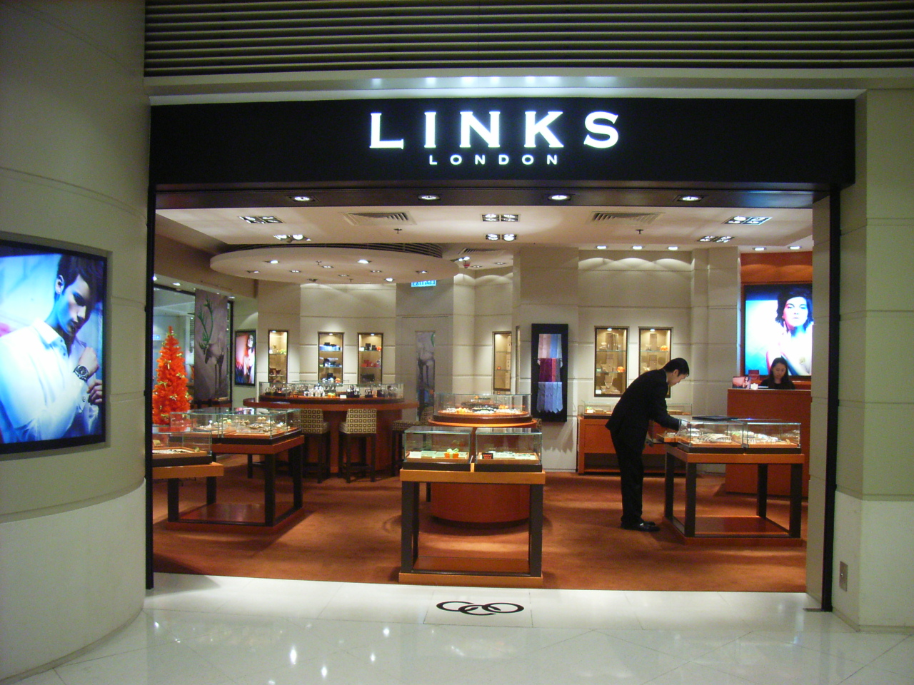 Links of London offers an eclectic mix of jewellery in sterling silver and 18 carat gold, for both men and women. The company formed in after a local restaurateur commissioned fish-shaped cufflinks for his customers; when Harvey Nichols saw them, the exclusive department store ordered a full collection.