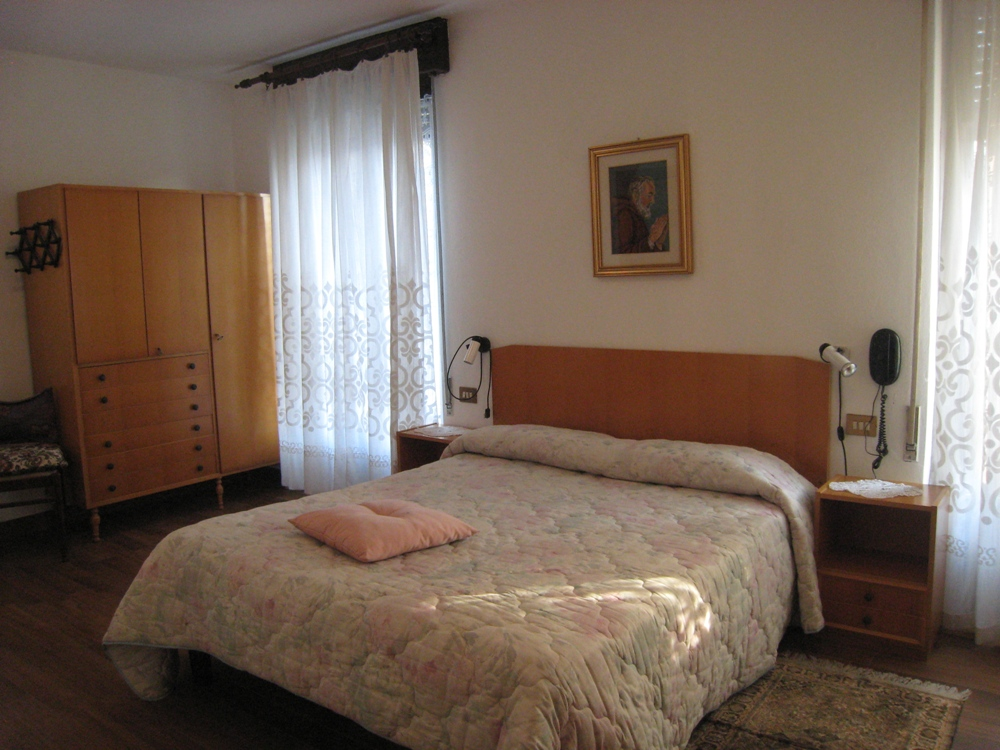 File:Hotel Centrale Camera da letto - Bedroom.JPG - Wikimedia Commons