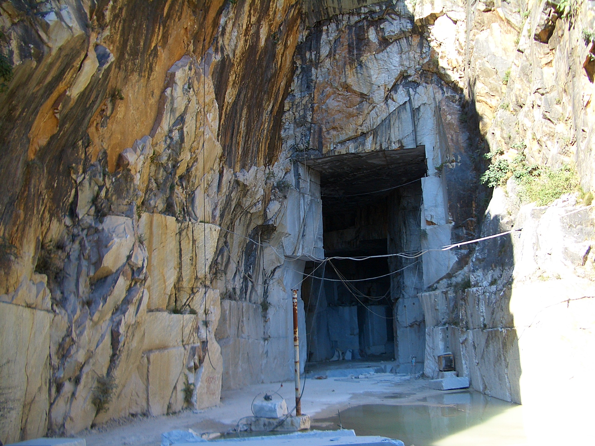 File:Inside a Carrara marble quarry 6399 jpg - Wikimedia Commons