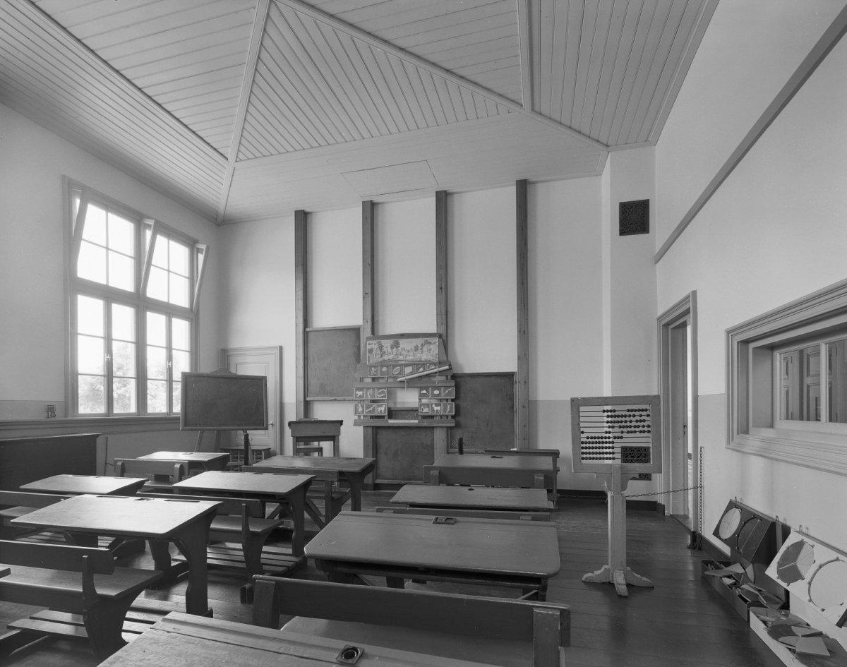 file interieur overzicht klaslokaal met inrichting van