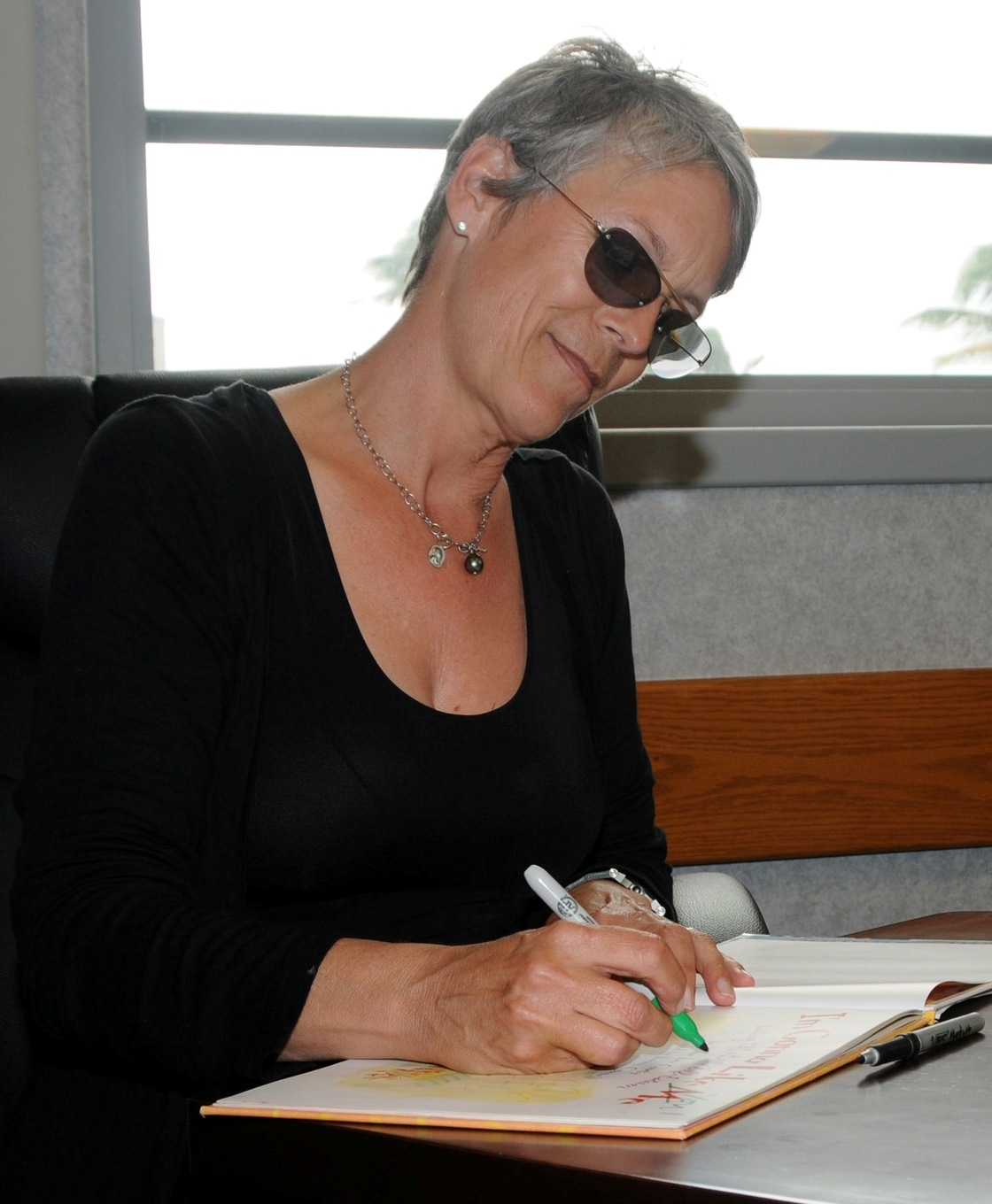 https://upload.wikimedia.org/wikipedia/commons/1/1b/Jamie_Lee_Curtis_in_2010.jpg