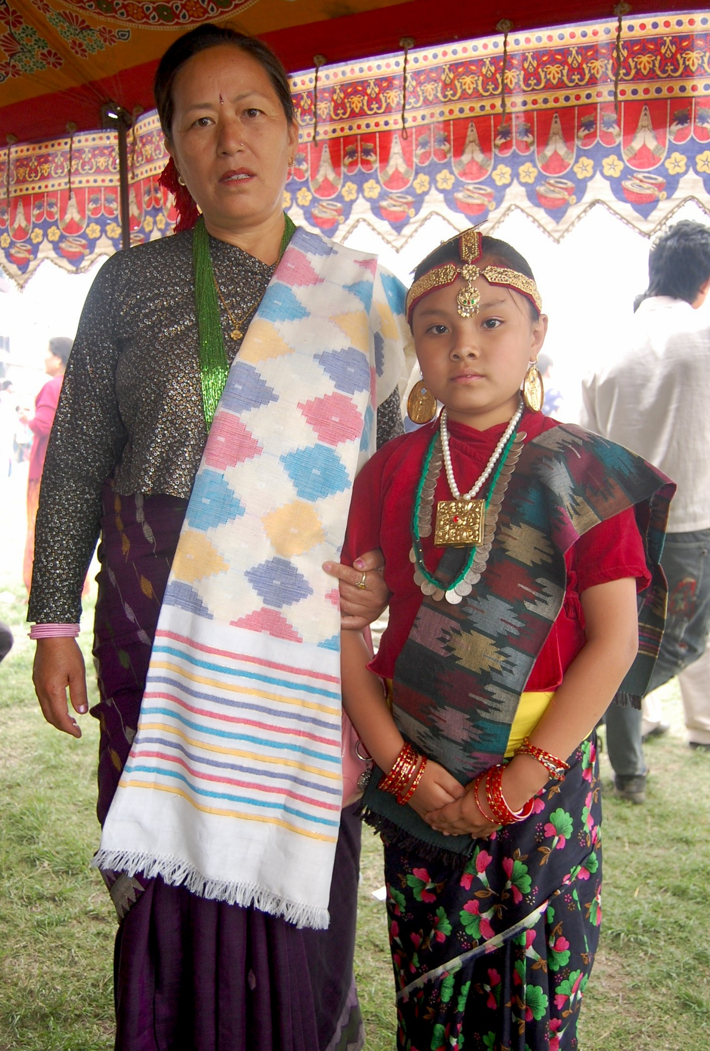 Description Kirati woman with a girl in traditional costume, Nepal.jpg