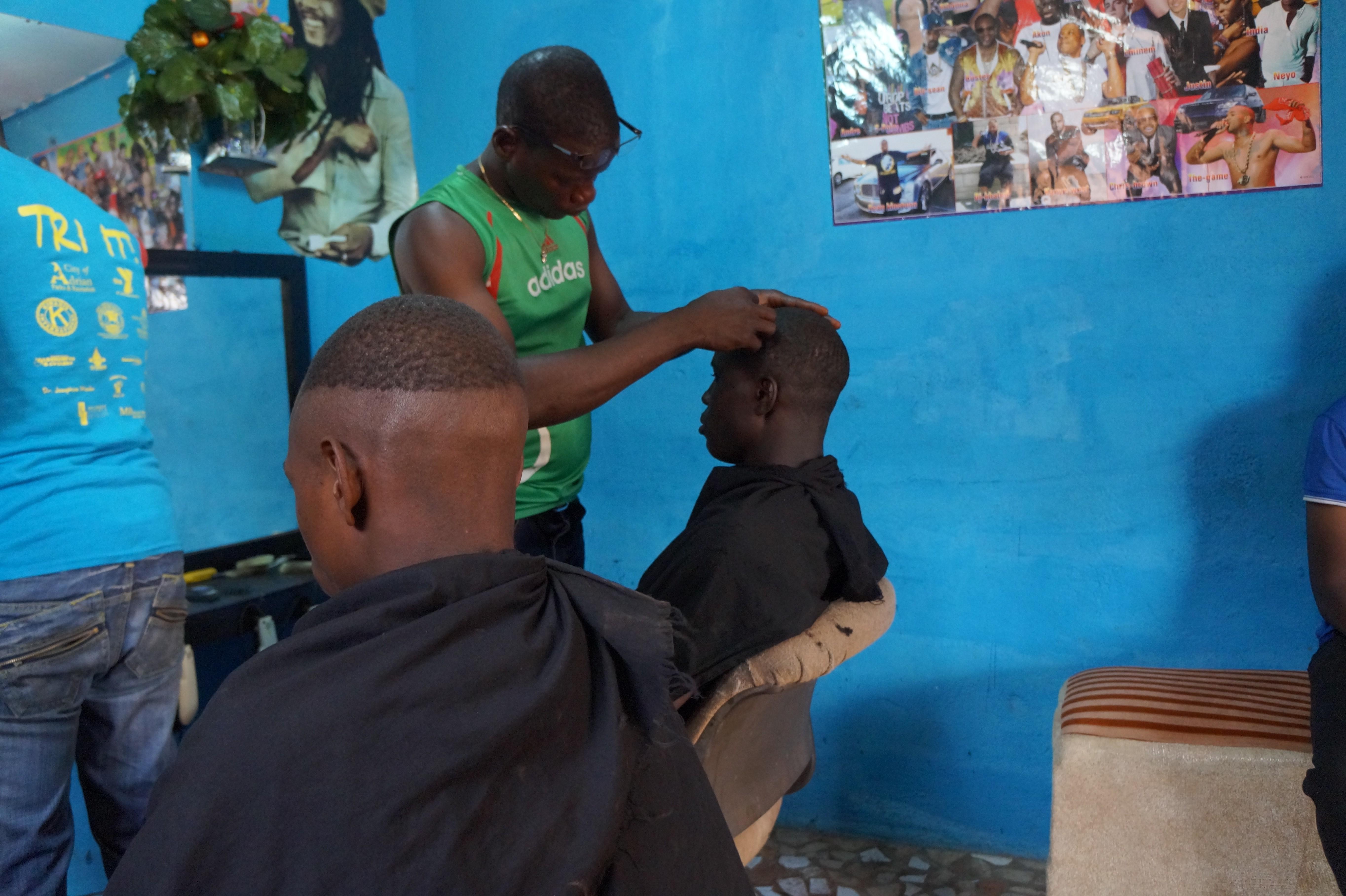 File Le Salon De Coiffure A Bamako Jpg Wikimedia Commons