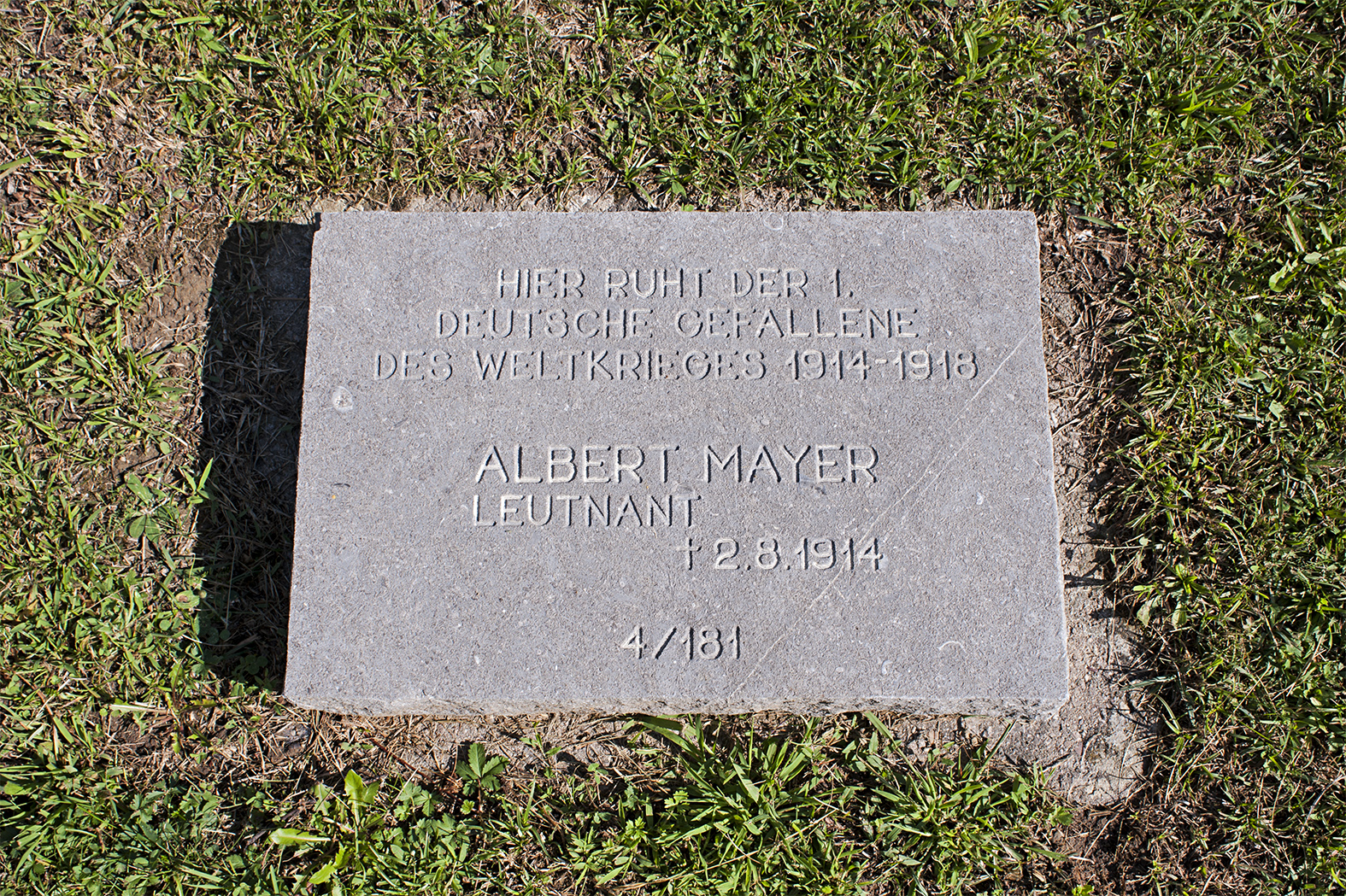 http://upload.wikimedia.org/wikipedia/commons/1/1b/Leutnant_Albert_Mayer_Grabstein_01_09.jpg