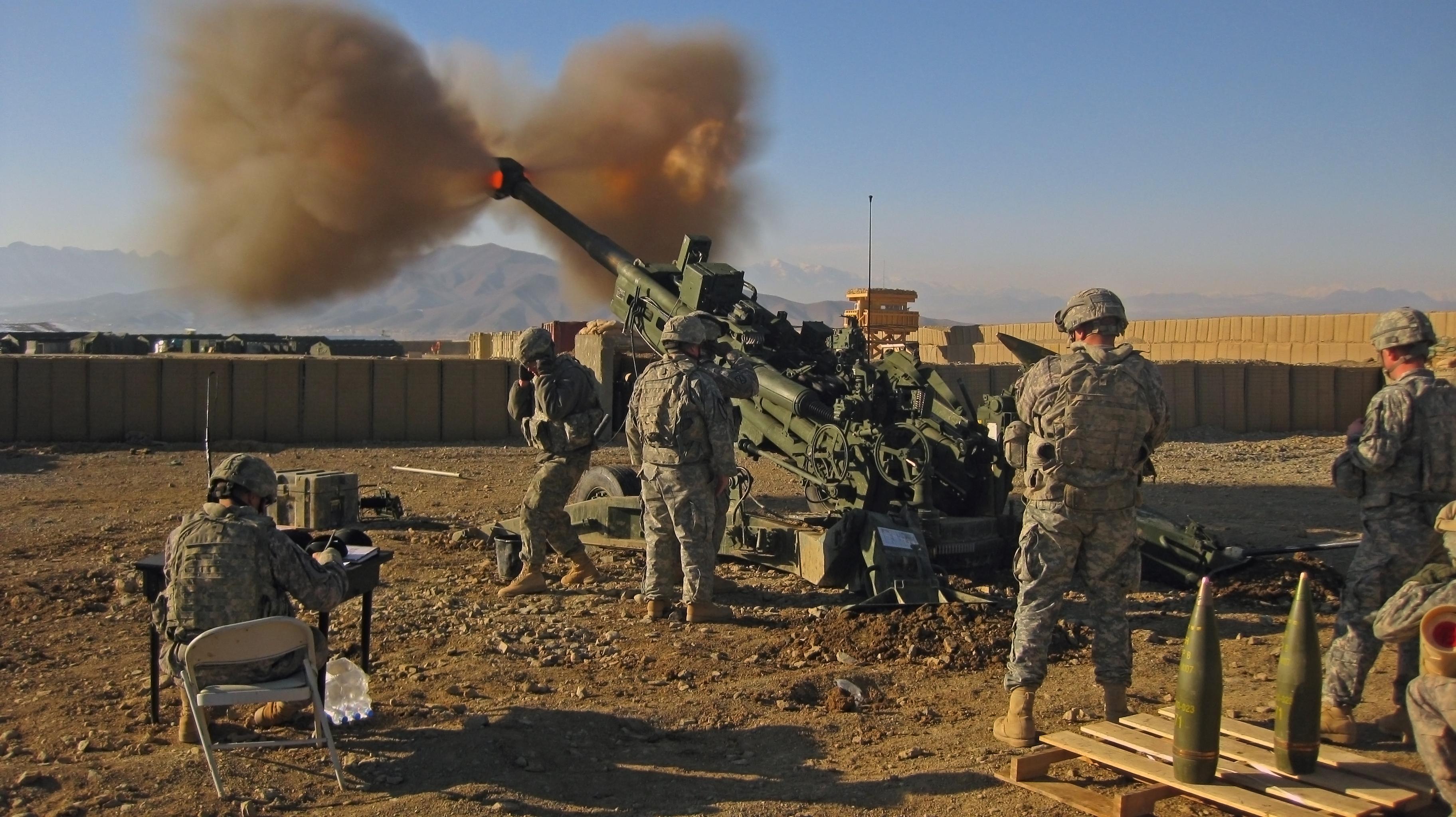 5-person gun crew firing a US M777 Light Towed Howitzer