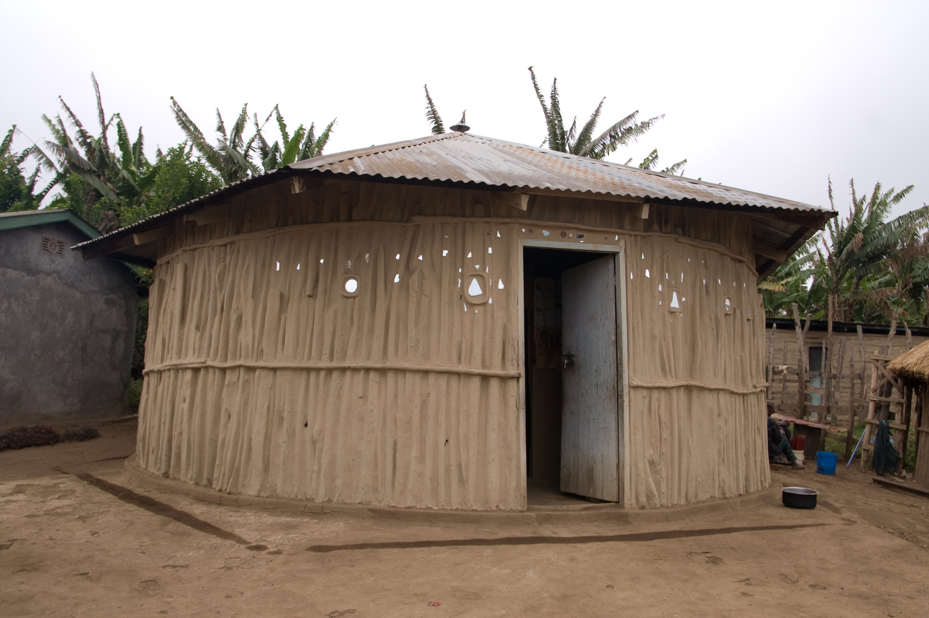 File maasai house wikimedia commons for Outside of house