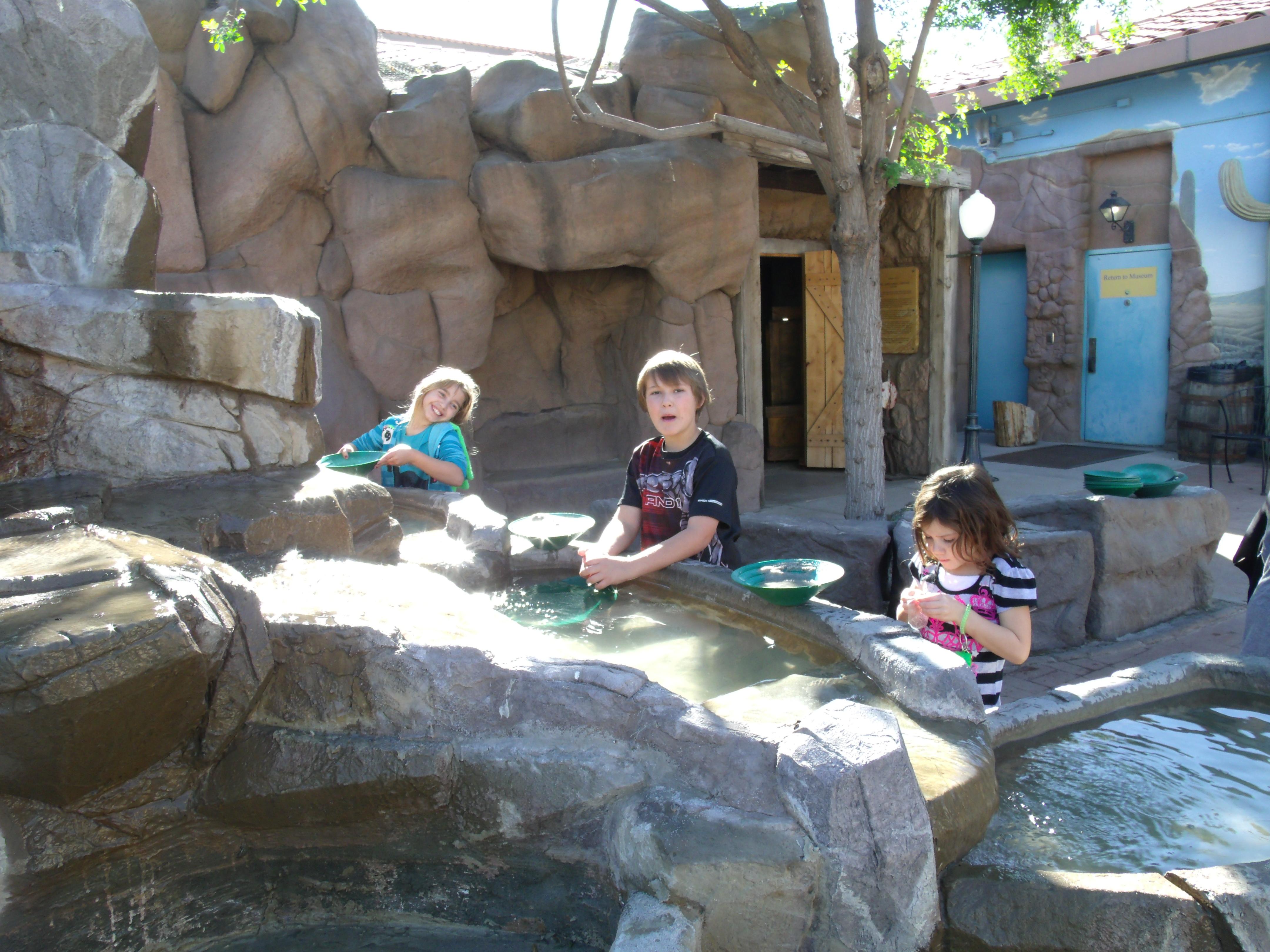 File:Mesa-Arizona Museum of Natural History-Jaydon, Analuisa and ...