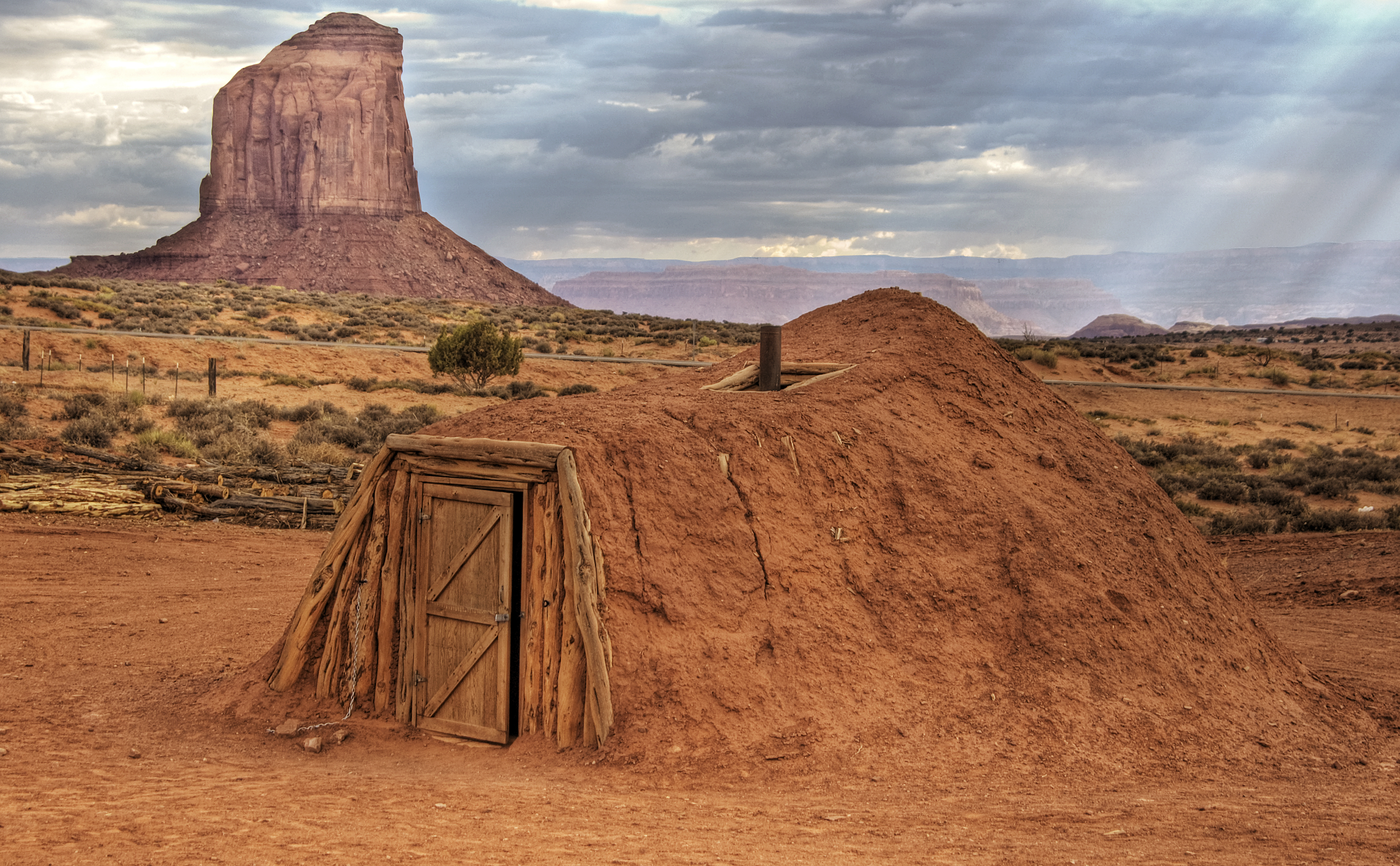 File navajo hogan monument wikimedia commons for Building a house in arizona