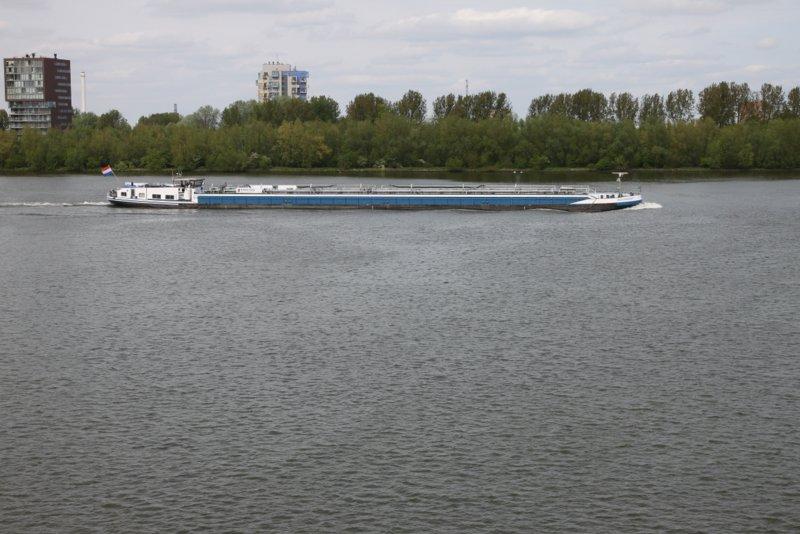 File:Op de maas varen veel grote boten.JPG