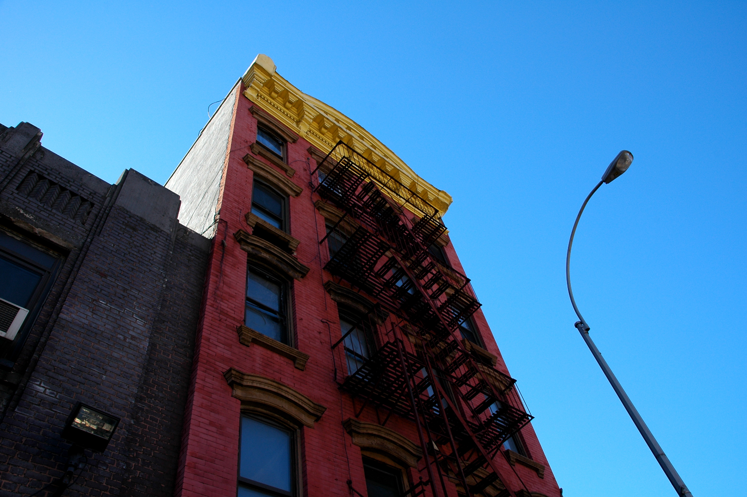 File:Red Building With Yellow Roof In New York City 02 2005