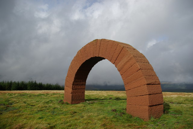 andy goldsworthy is a british sculptor Andy goldsworthy is a british sculptor, photographer and environmentalist, and the son of a mathematician, which is reflected in the use of dramatic geometric shapes much of his work is transient.
