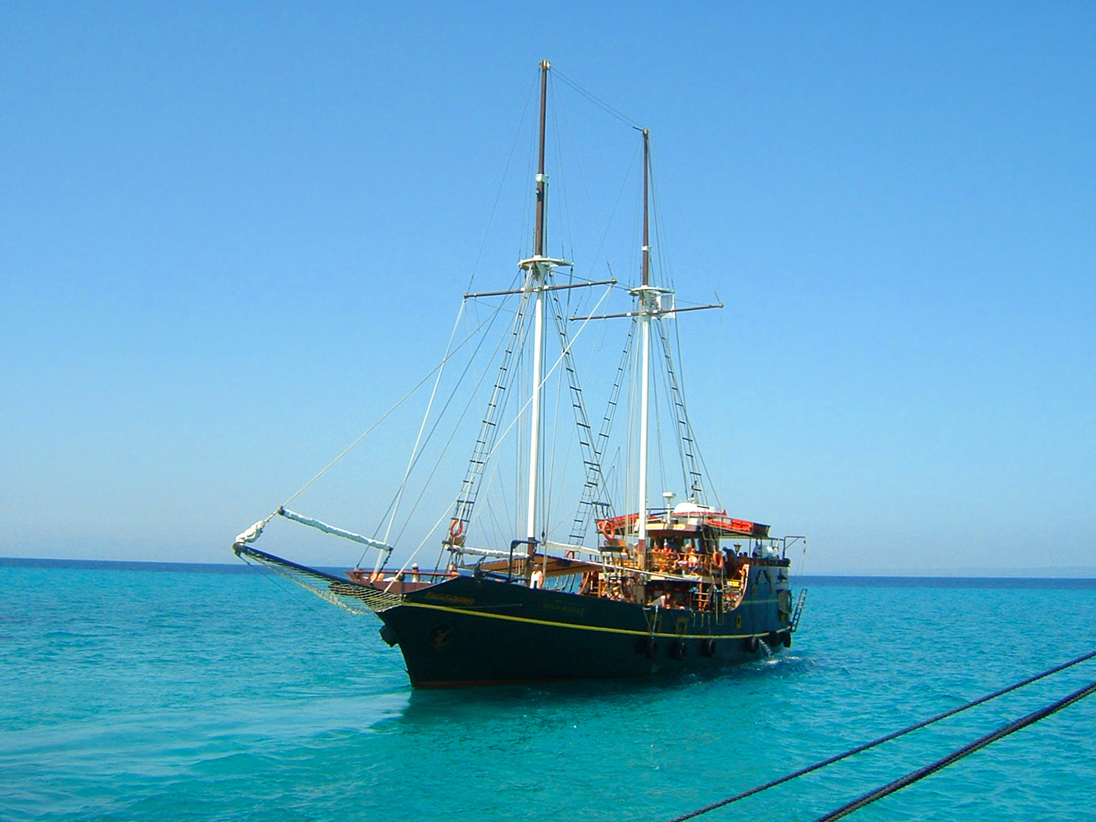 File:Tourist ship.jpg - Wikipedia