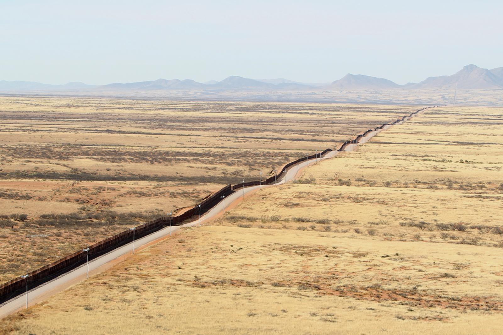 https://upload.wikimedia.org/wikipedia/commons/1/1b/U.S._Customs_%26_Border_Protection_Southwest_Border_Arizona_Fence_Line_%288510182328%29.jpg