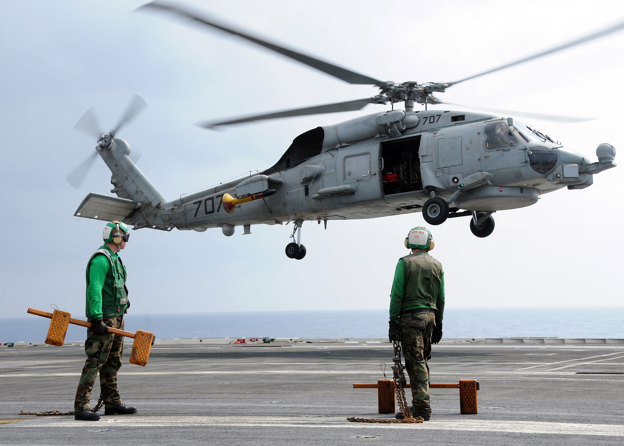 ファイル:US Navy 090530-N-4015L-034 An SH-60B Seahawk ... Aands