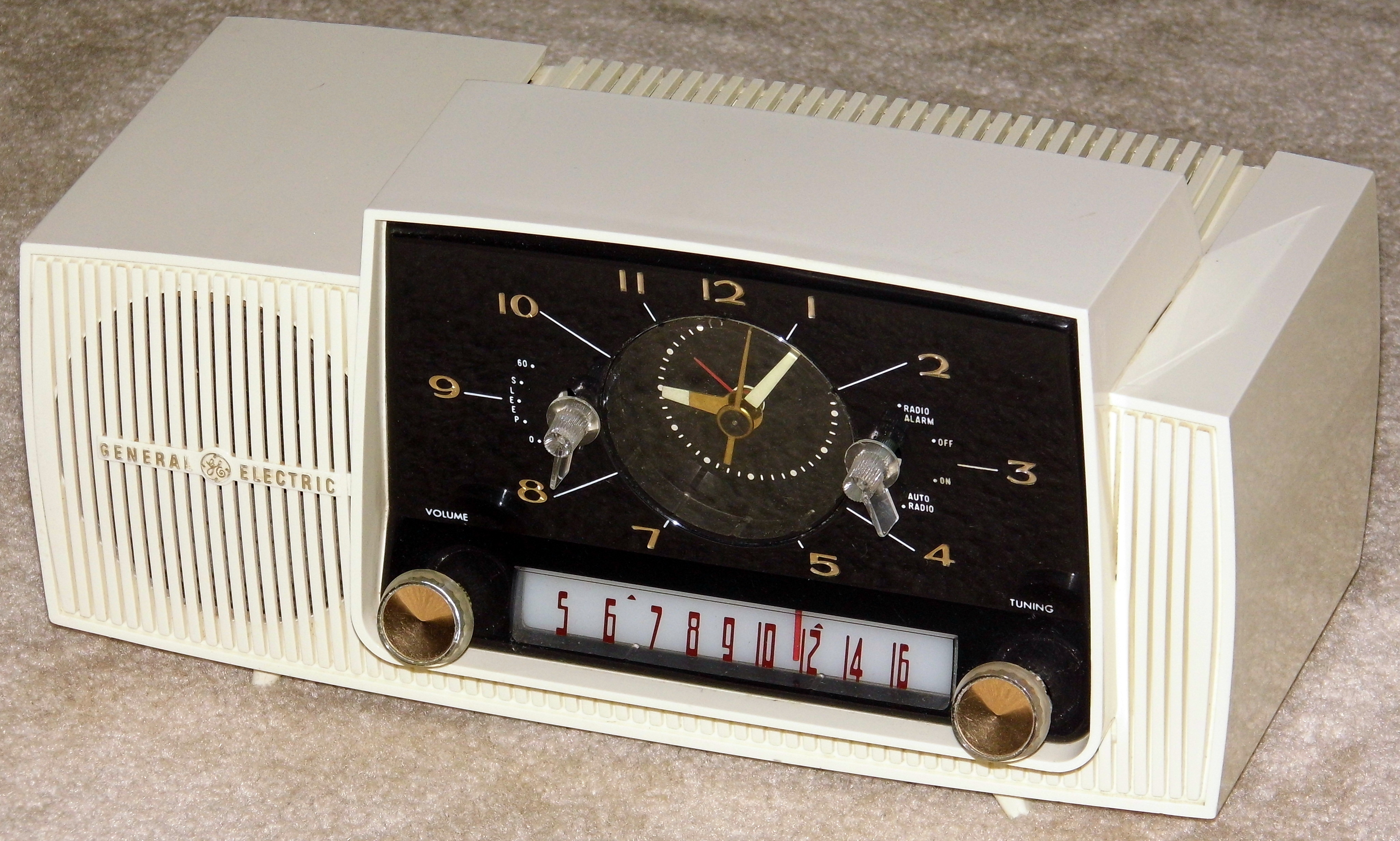 File:Vintage General Electric Plastic Clock Radio, Model C ...