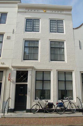 Huis genaamd 39 de oude hen 39 met geverfde rechte gevel in middelburg monument - Oude huis gevel ...