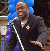 Wayne Brady interprète James Stinson.