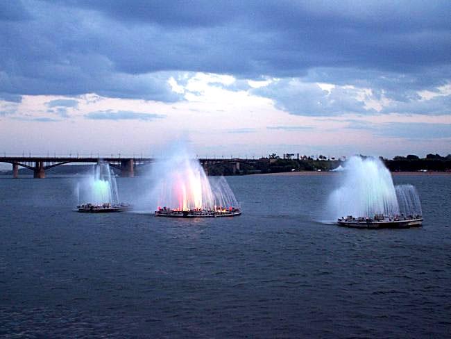 http://upload.wikimedia.org/wikipedia/commons/1/1c/Новосибирск._Фонтаны_на_воде.jpg