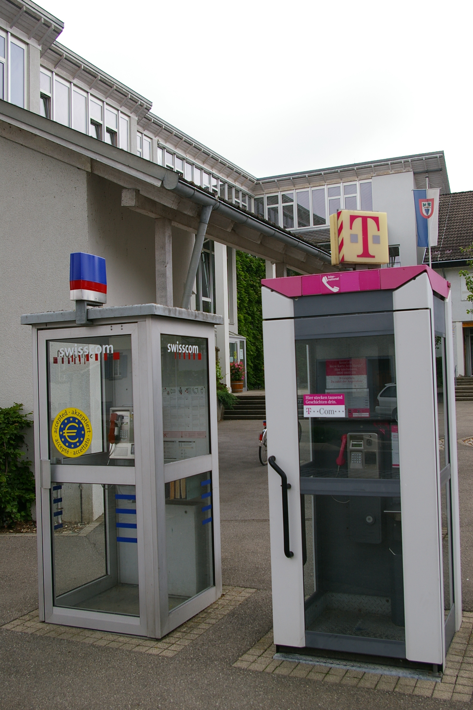 KOMENTARI NA KVIZ - Page 24 B%C3%BCsingen_am_Hochrhein_Swiss_and_German_Telephone_Booth