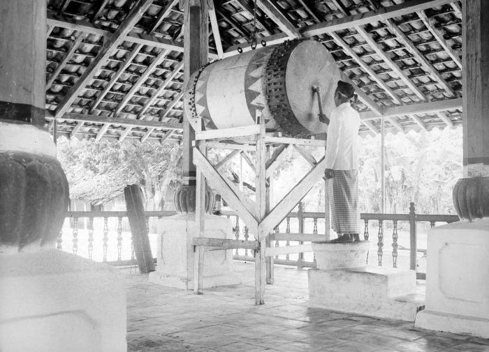 Aujourd'hui souvent remplacé par des hauts-parleurs, le bedug rythmait le temps dans les campagnes javanaises en indiquant les cinq prières quotidiennes (Collection Tropenmuseum).