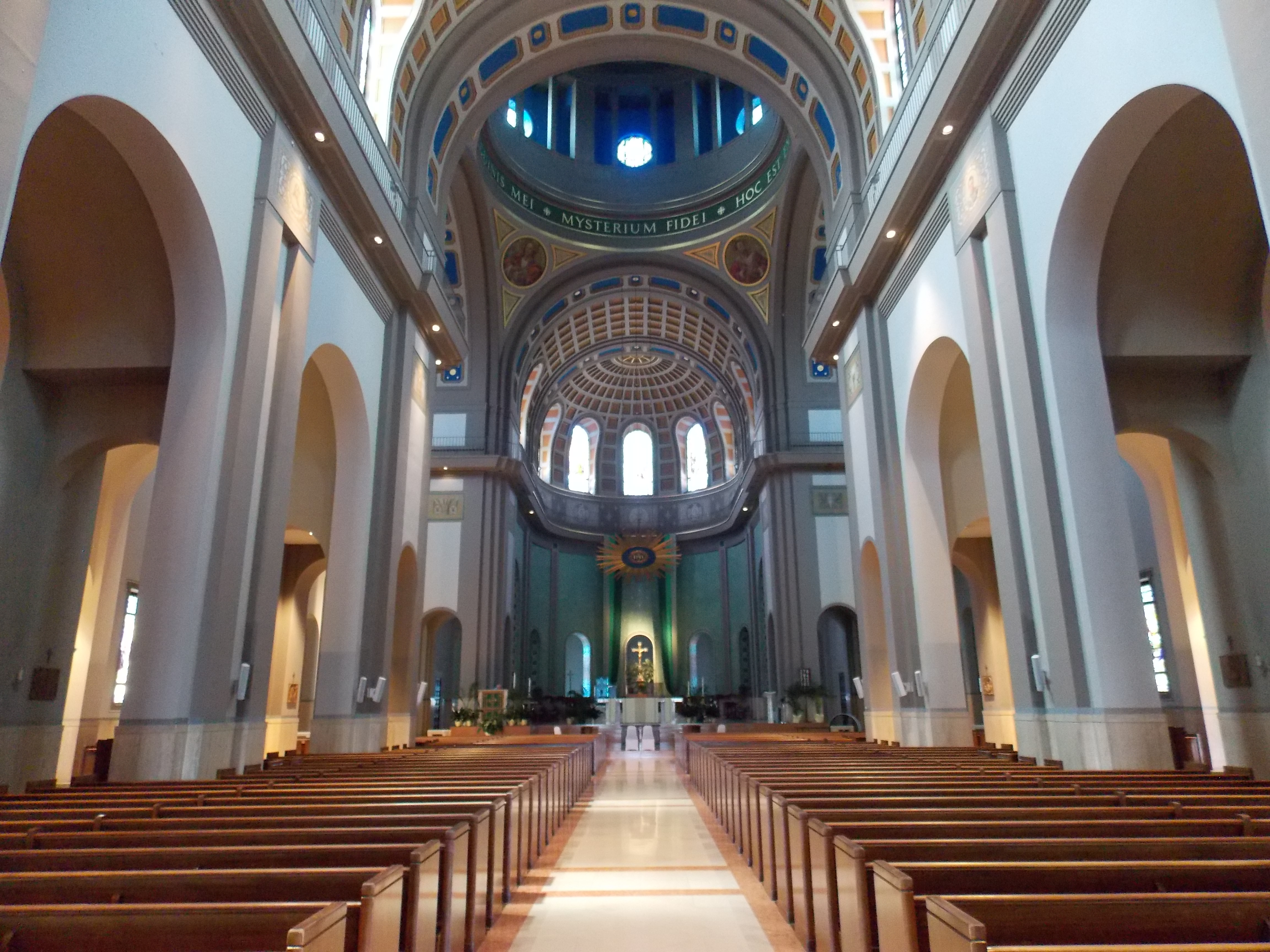 File:Cathedral of the Blessed Sacrament interior - Altoona ...
