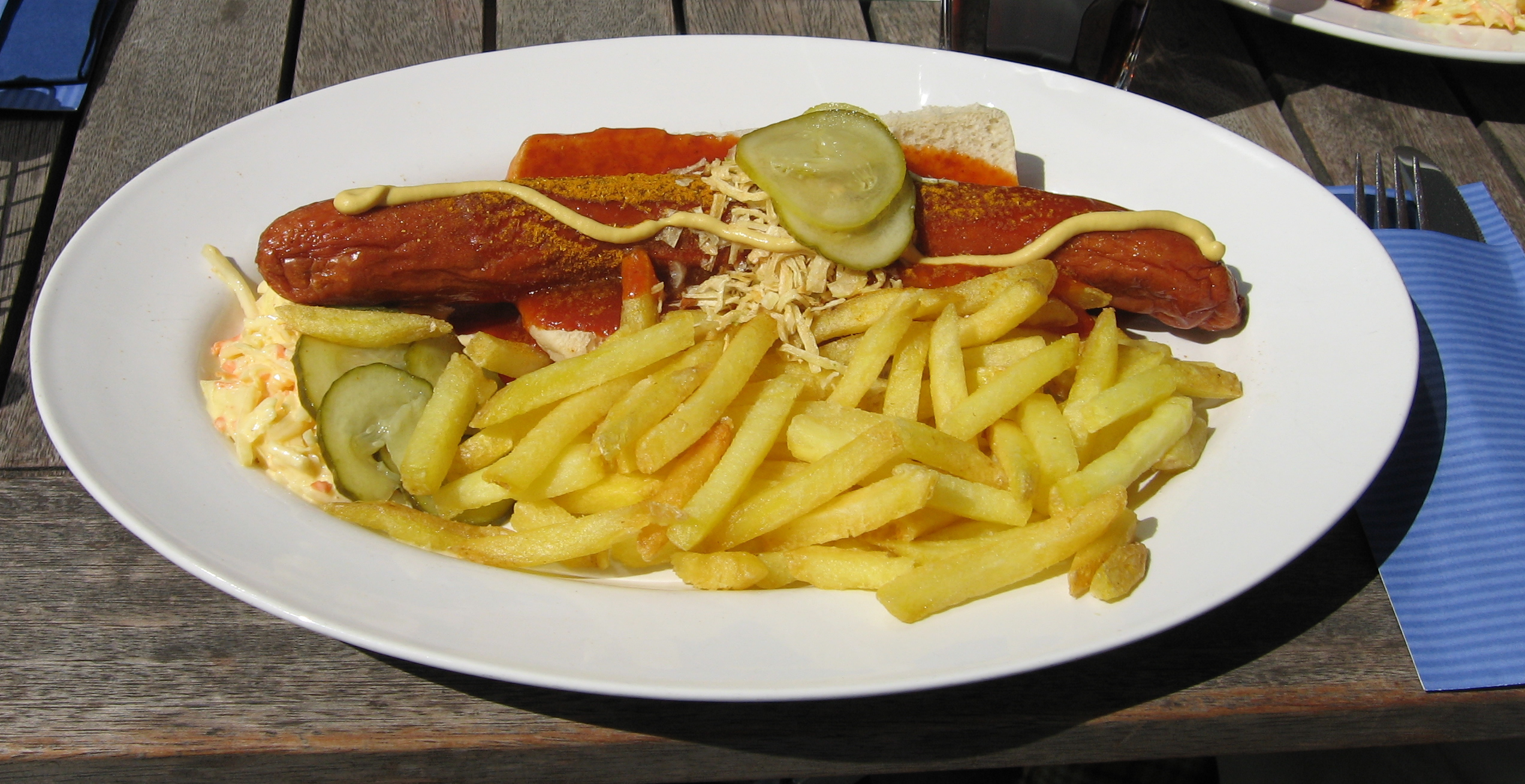 https://upload.wikimedia.org/wikipedia/commons/1/1c/Currywurst_pommes_vw_autostadt_cylinder.jpg