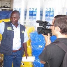 Agent électoral s'entretient avec un journaliste de la voa en 2011
