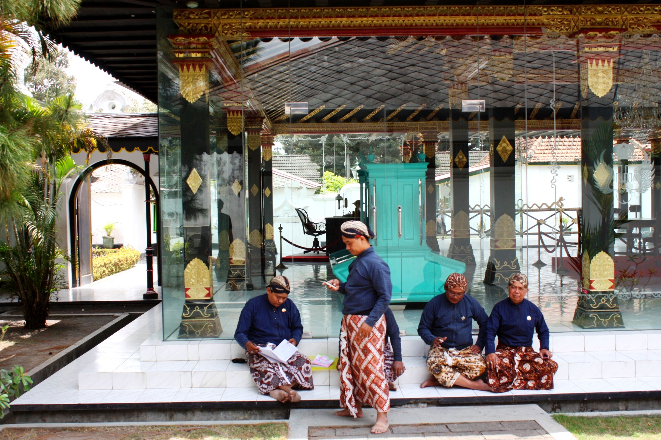 http://upload.wikimedia.org/wikipedia/commons/1/1c/DSC00440_Java_Kraton_Palace_Gardener_people_(6266212652).jpg