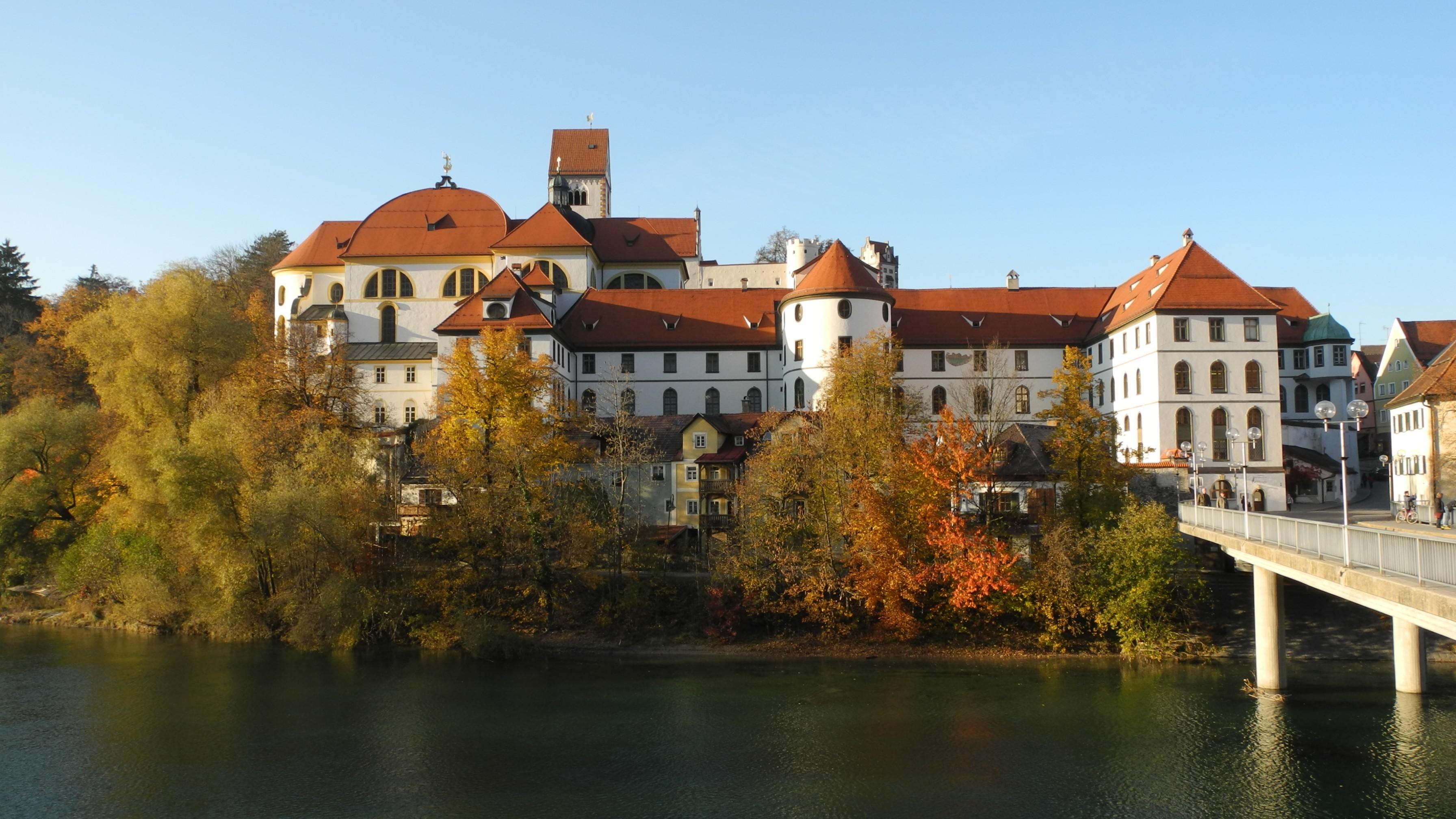 https://upload.wikimedia.org/wikipedia/commons/1/1c/F%C3%BCssen_-_Kloster_Sankt_Mang_und_Hohes_Schloss_%C3%BCber_dem_Lech.JPG