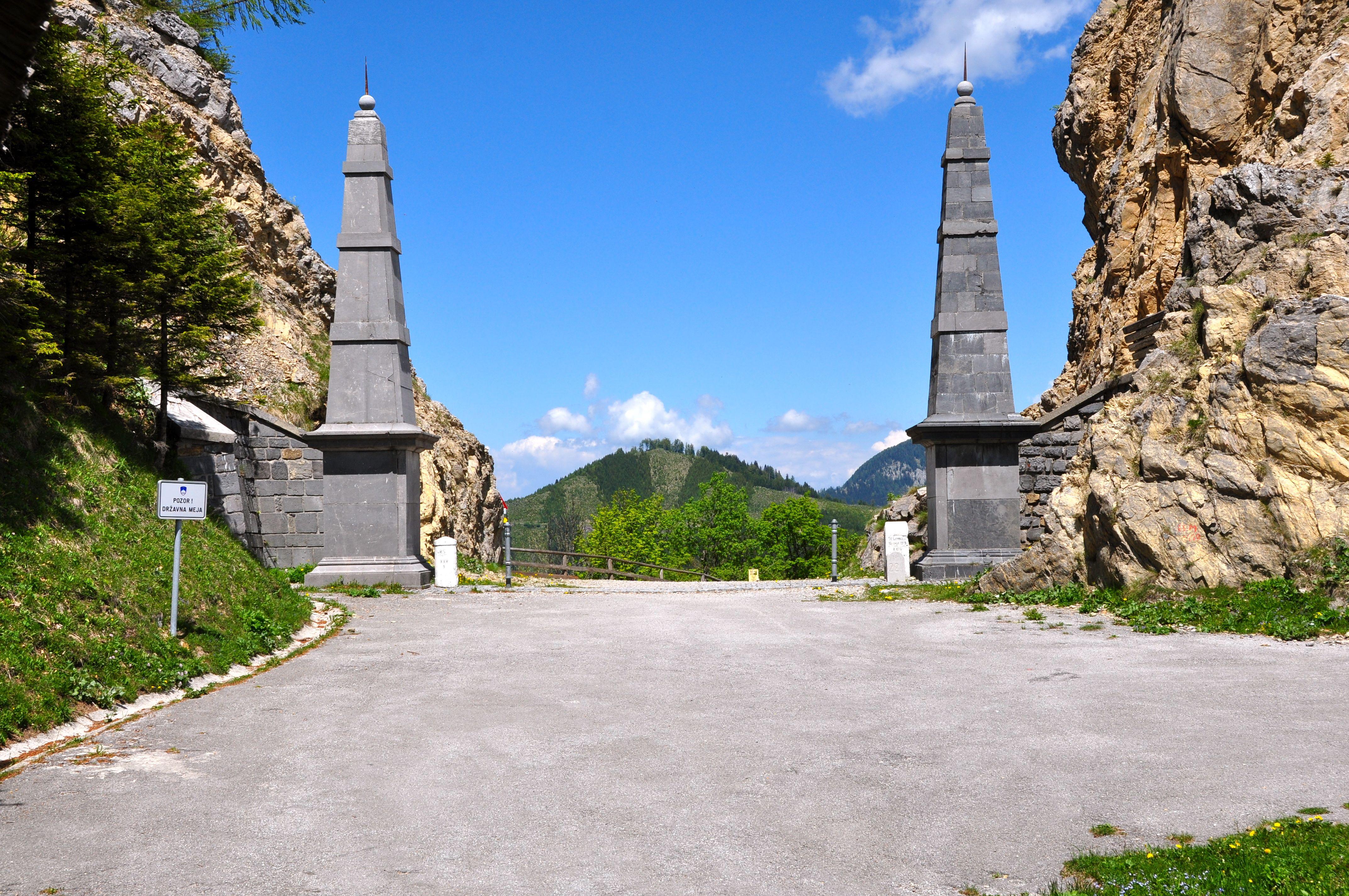 https://upload.wikimedia.org/wikipedia/commons/1/1c/Ferlach_Loibltal_Alter_Loiblpass_mit_Obelisken_24052011_556.jpg