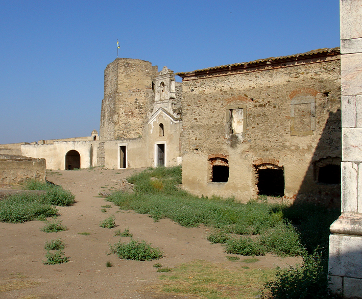 Imagem:Fortaleza Juromenha - vista da entrada e ruínas.jpg